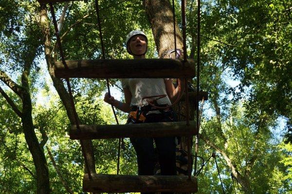 Abel klimbos is geschikte voor iedereen! Het klimbos is uitgezet met behulp van touwen, kabels & houten platforms door de bomen.